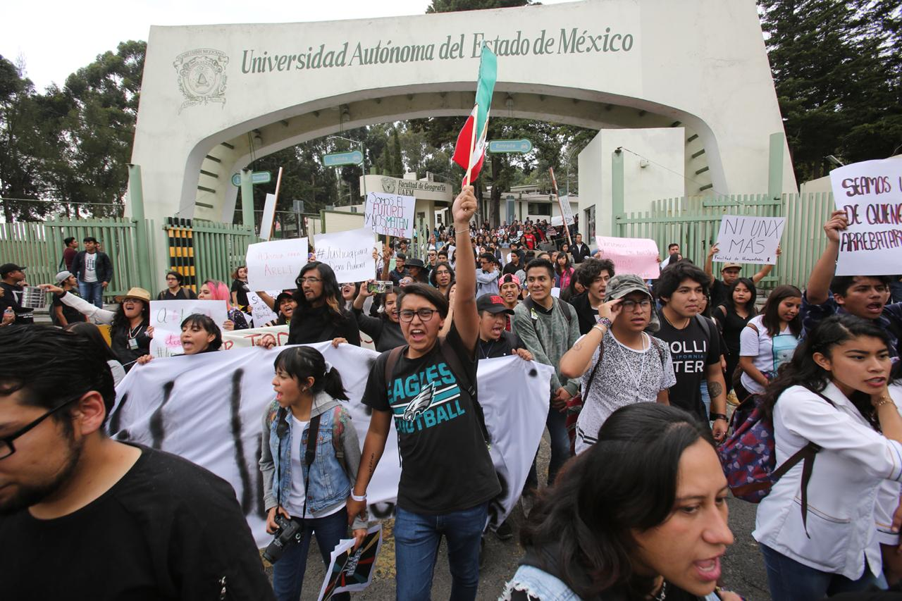 Estudiantes de la Universidad Autónoma de México marchan en protesta por feminicidios