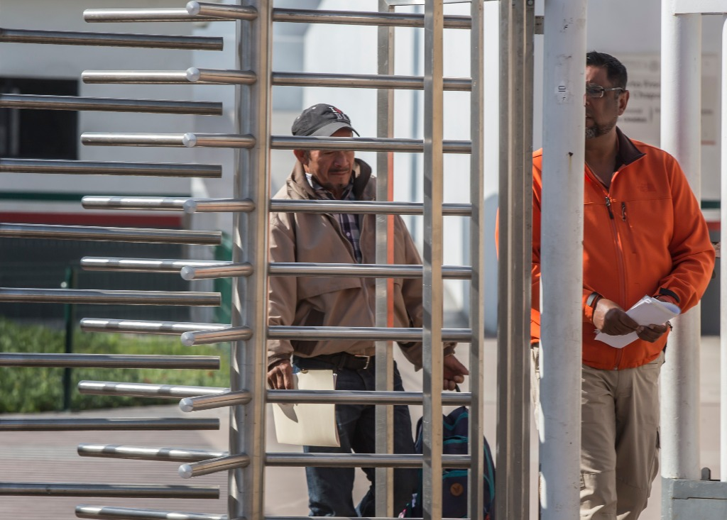 Regresan a 94 migrantes que pidieron asilo a EU
