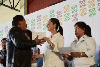 Entrega Gobierno de la Ciudad de México los primeros cuatro cheques para la recuperación del suelo de conservación