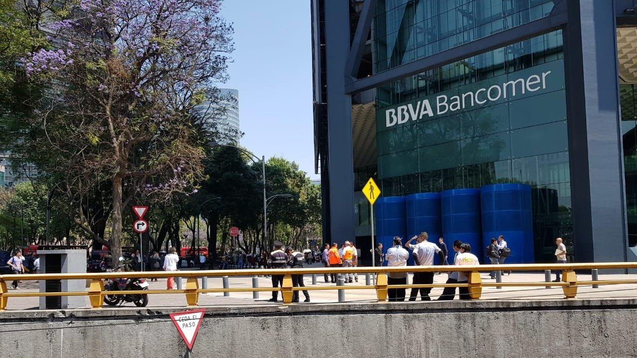 Desalojan Torre Bancomer por amenaza de bomba