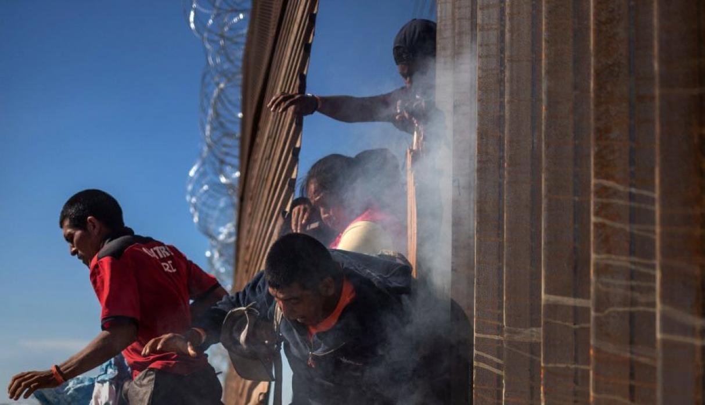 Arrestan a inmigrantes en valla fronteriza