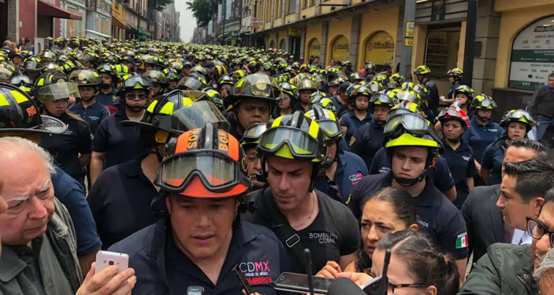 Van por el líder de los bomberos
