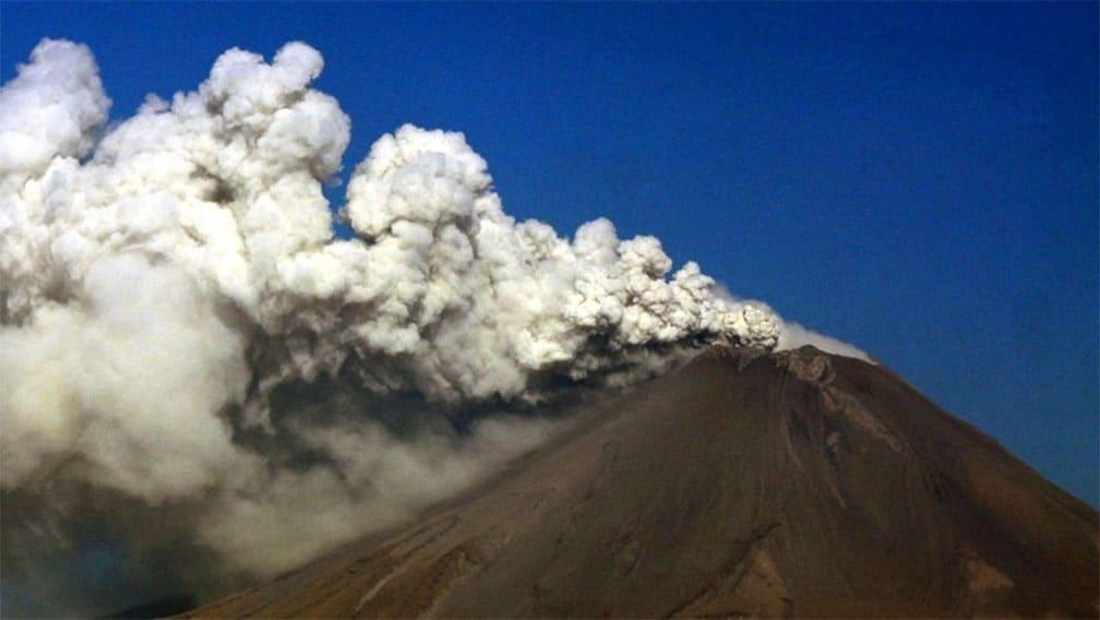 Semáforo en amarillo por el Popocatépetl