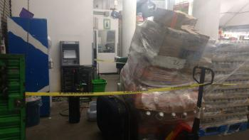 Policías de la SSC toman conocimiento de un robo a un cajero automático en una tienda departamental
