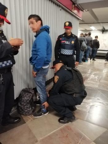 Policías de la SSC detienen a un hombre por presunto Abuso Sexual