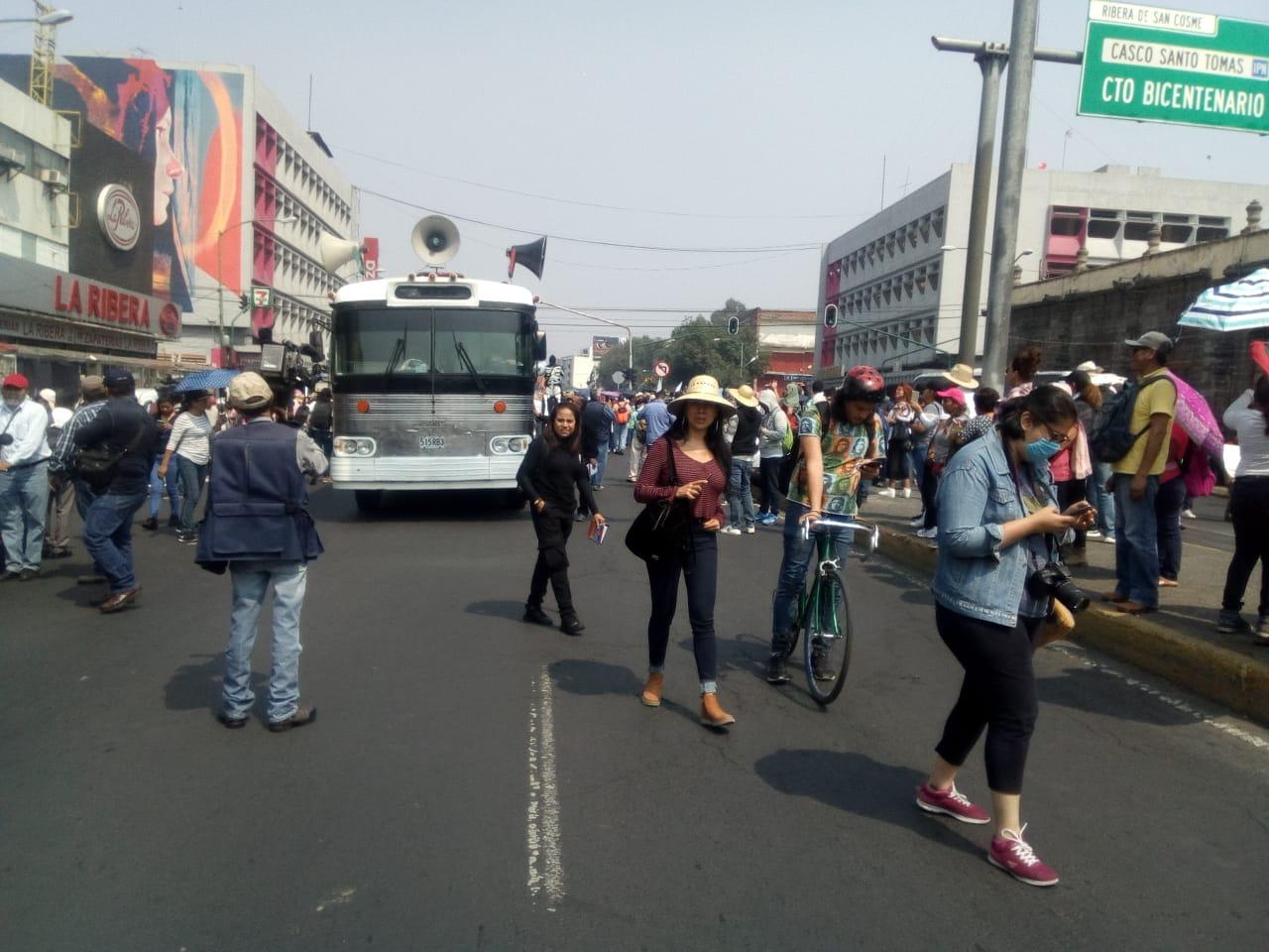 Policías de la SSC vigilan concentración de manifestantes en las inmediaciones de la estación San Cosme del Metro