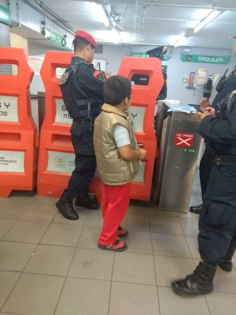 SSC resguarda y entrega a sus familiares a un menor extraviado en la estación Bellas Artes del Metro