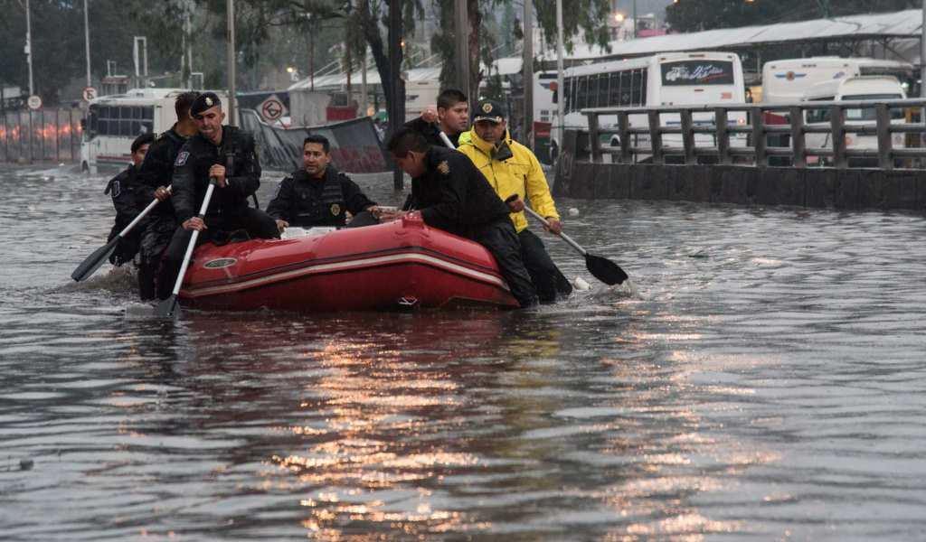 Policías de la SSC apoyan a la población afectada por los fuertes vientos y lluvias