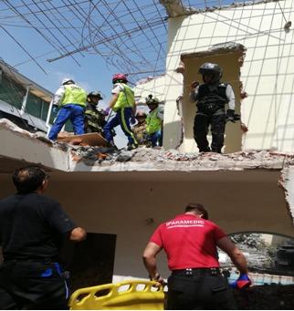 Socorristas del ERUM de la SSC apoyan en el rescate de dos hombres tras una barda que se les cayó