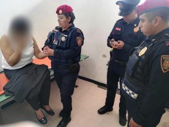 Policías de la PBI de la SSC auxiliaron a una mujer con problemas de salud en el interior de la estación Universidad