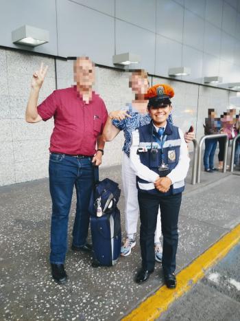 Policía Auxiliar de la SSC devuelven maleta extraviada a Mujer Estadounidense en el Aeropuerto capitalino