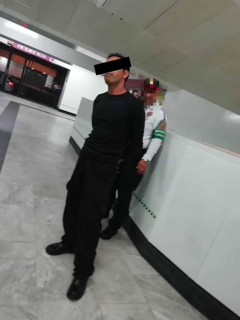 Elementos de la PBI de la SSC arrestaron a un Hombre por Portación de un Arma Blanca en la Estación Salto del Agua