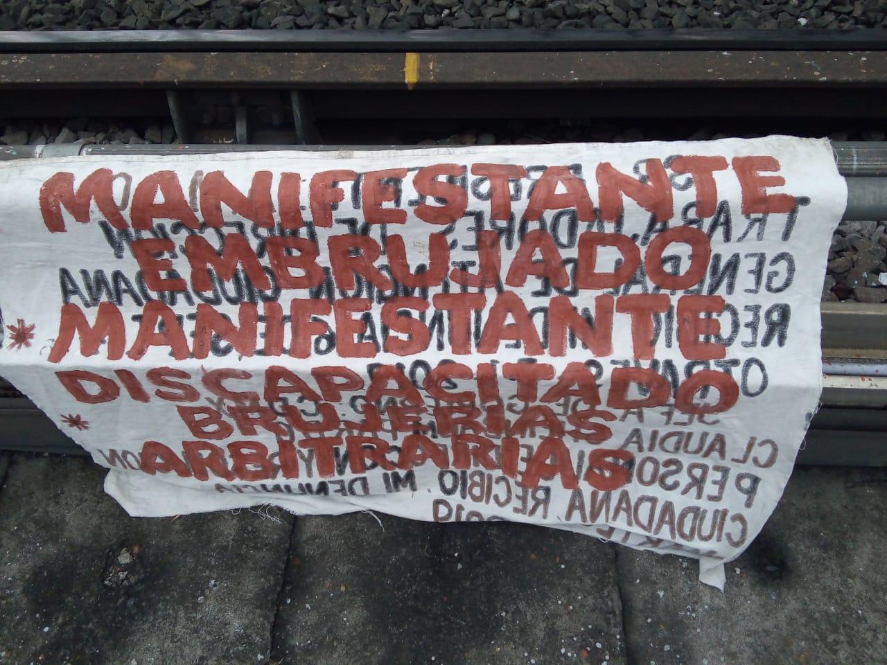 Elementos de la PBI de la SSC arrestan a un Hombre que intentó colocar una Manta en una estructura del STC Metro