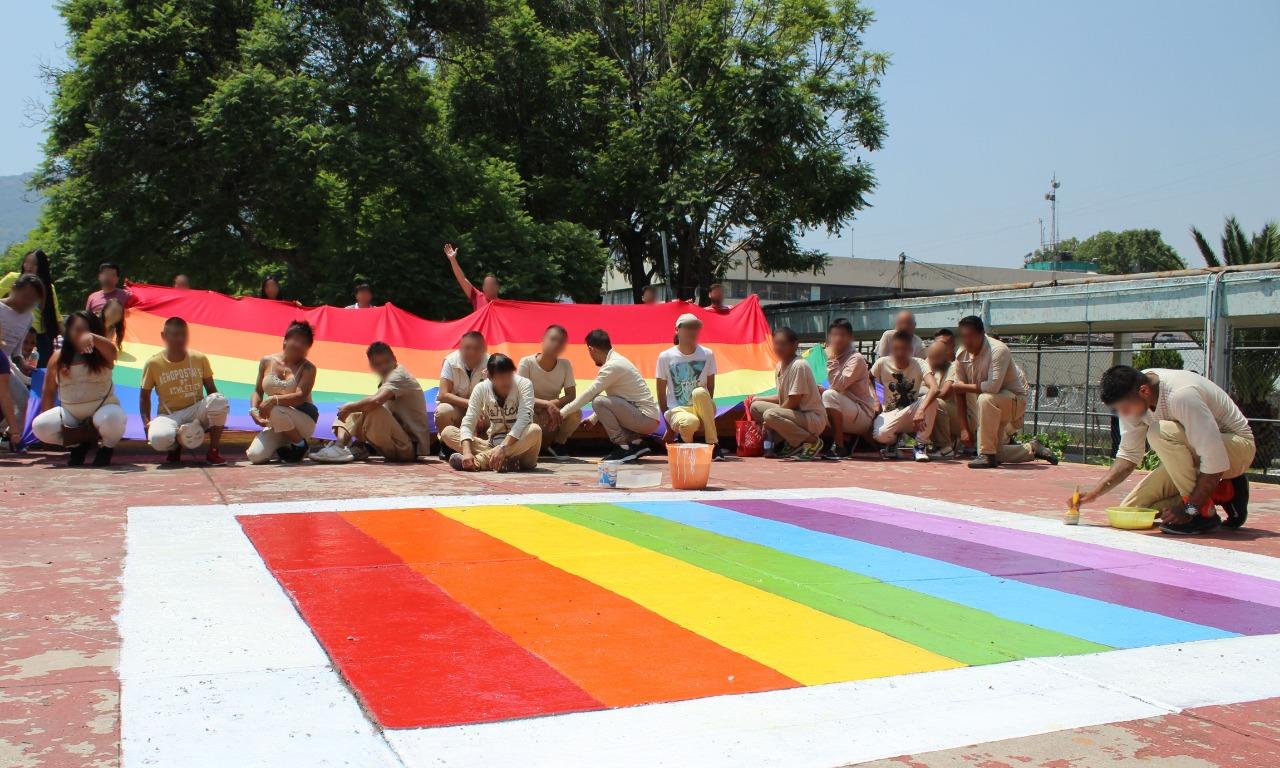 Pintan Arcoíris y participan en Conversatorio en Reclusorios para Conmemorar Día del Orgullo LGBTTTI