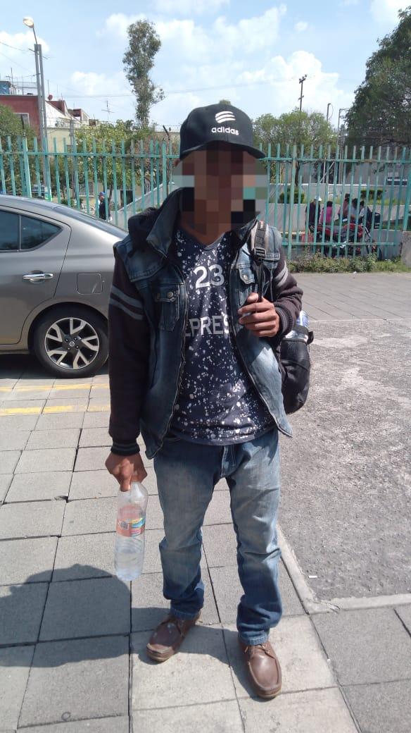 Policías de la SSC apoyan a Ciudadano Guatemalteco que fue abandonado en la Estación Tacubaya