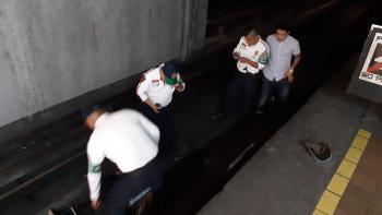 Policías de la PBI de la SSC Auxilian a una Persona con Discapacidad Visual que cayó a las vías del Metro
