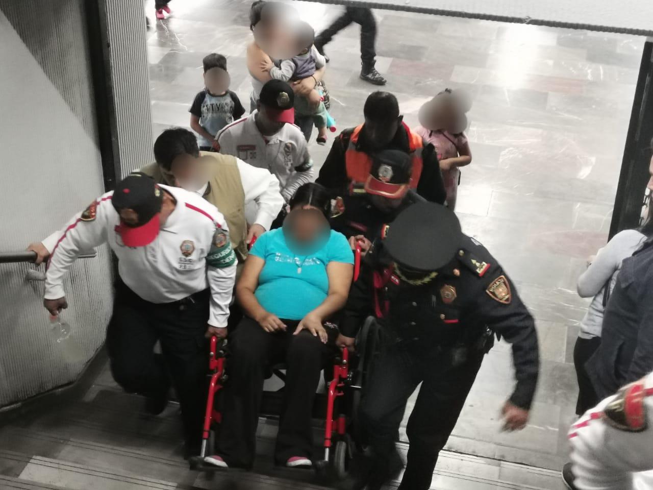 Policía de la PBI de la SSC brinda apoyo a una mujer con dolores de parto en la estación Hidalgo del Metro