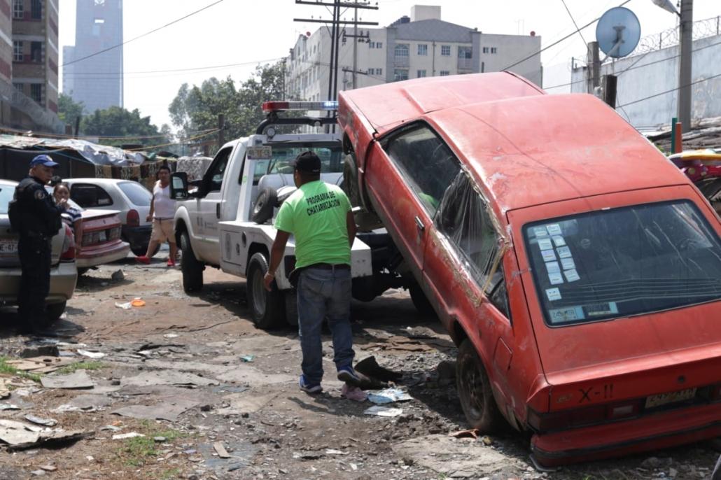 Para prevenir actos delictivos, retiran autos abandonados de la vía pública