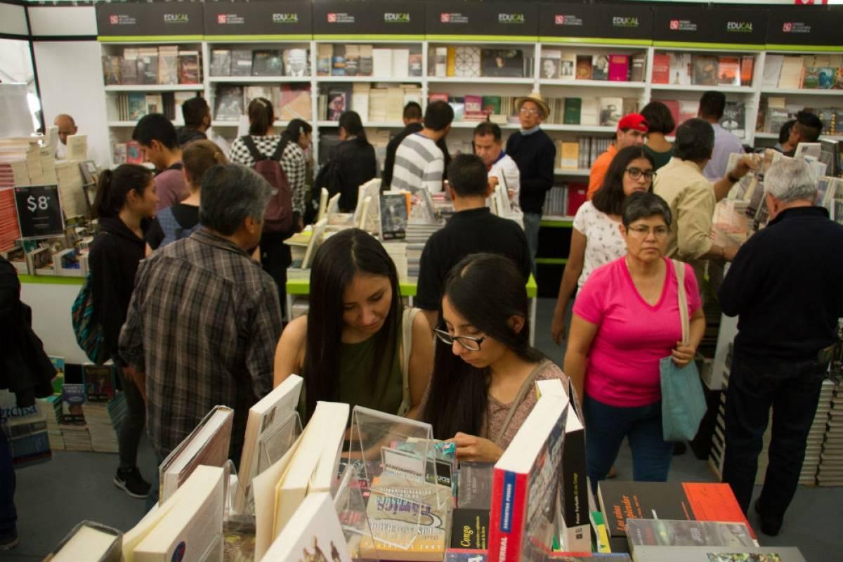 Rematan libros de Fernando del Paso y Armando Ramírez en el Monumento a la Revolución