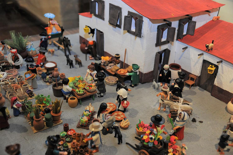 Recrean a la Nueva España a través de figuras de Playmobil