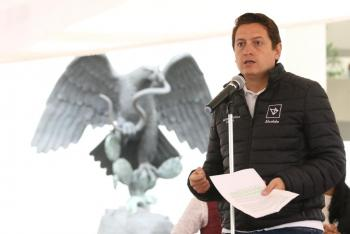 Entrega Néstor Núñez tarjetas de apoyo a jefas de familia
