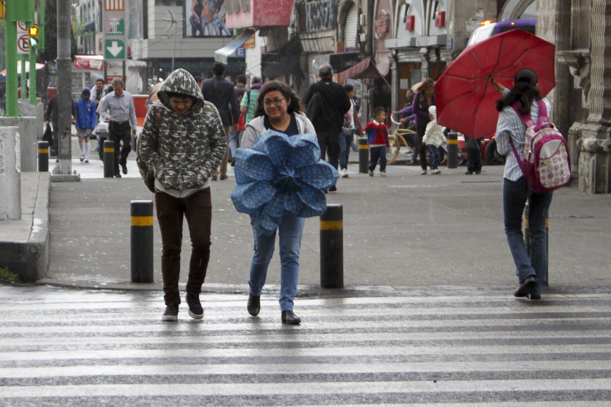 Este lunes se prevén lluvias ligeras y fuertes dispersas al poniente de la ciudad