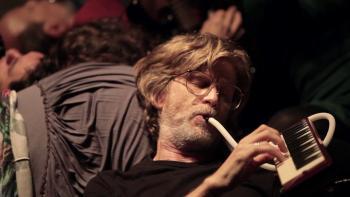 Escénica sorprende a transeúntes con teatro callejero español