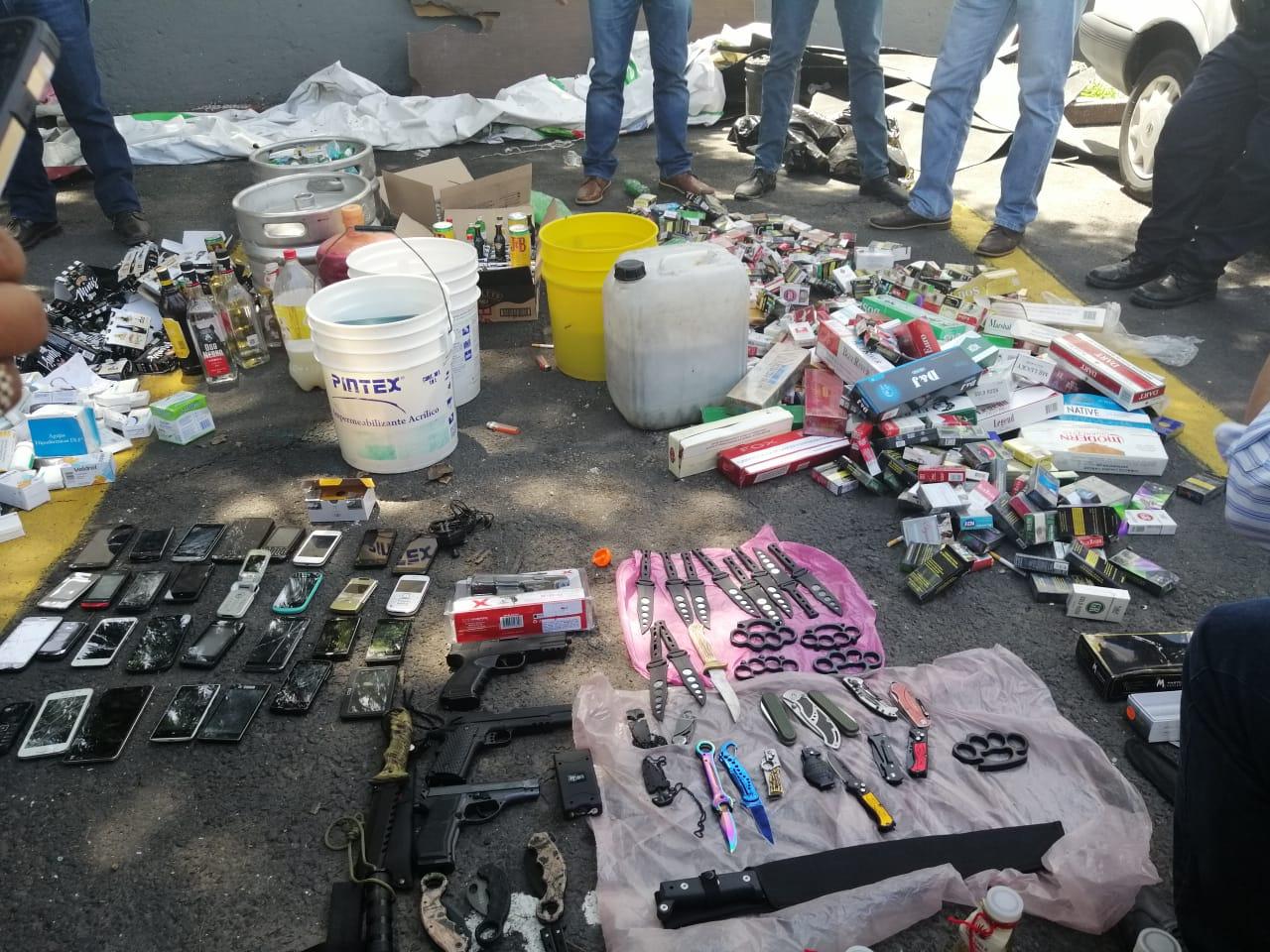 En Operativo, decomisa Policía Auxiliar de la Alcaldía Iztapalapa Armas Réplicas, Celulares, Medicamentos y Bebidas Alcohólicas