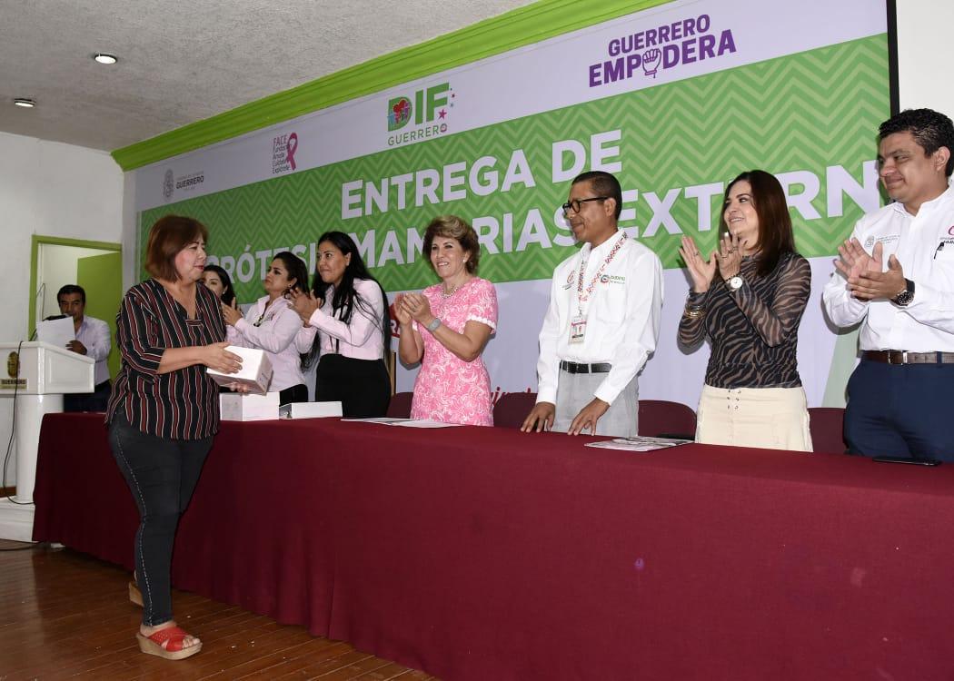 Entrega DIF Guerrero y fundación prótesis mamarias en Chilpancingo
