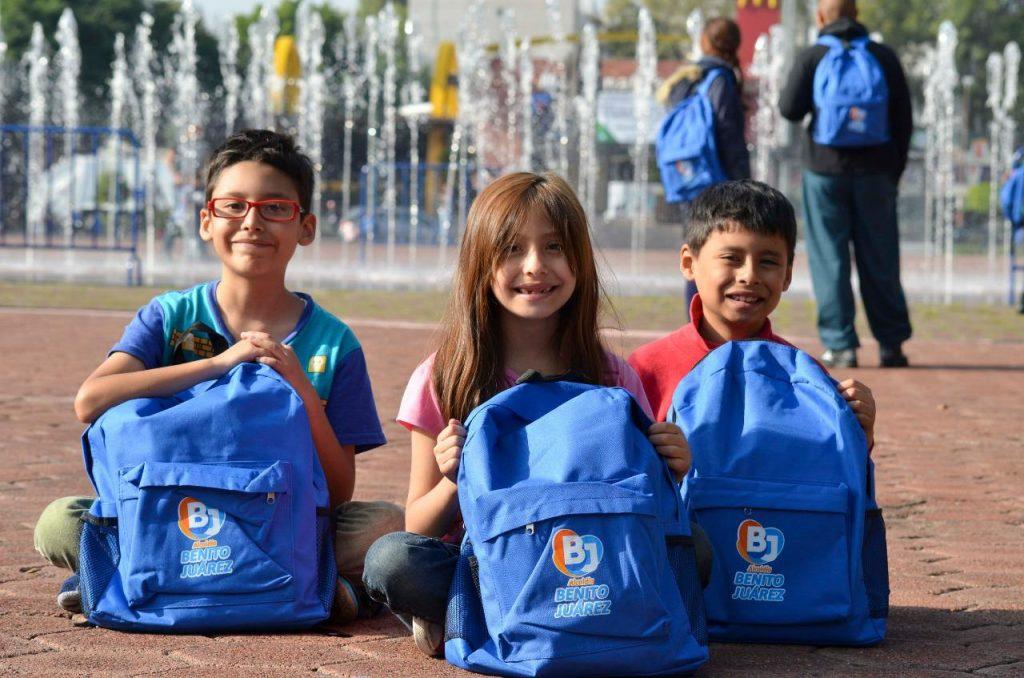 Entrega alcalde Santiago Taboada de Benito Juárez zapatos y útiles escolares a niñas y niños