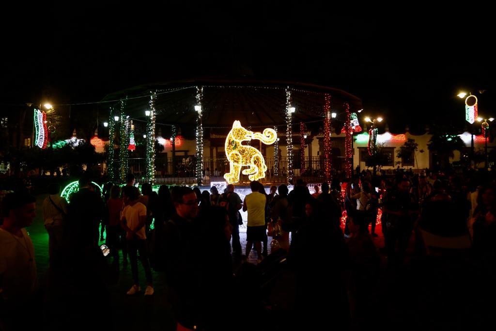 Los jardines Hidalgo y Bicentenario lucen espectaculares tras el encendido de luces y figuras representativas de la alcaldía Coyoacán
