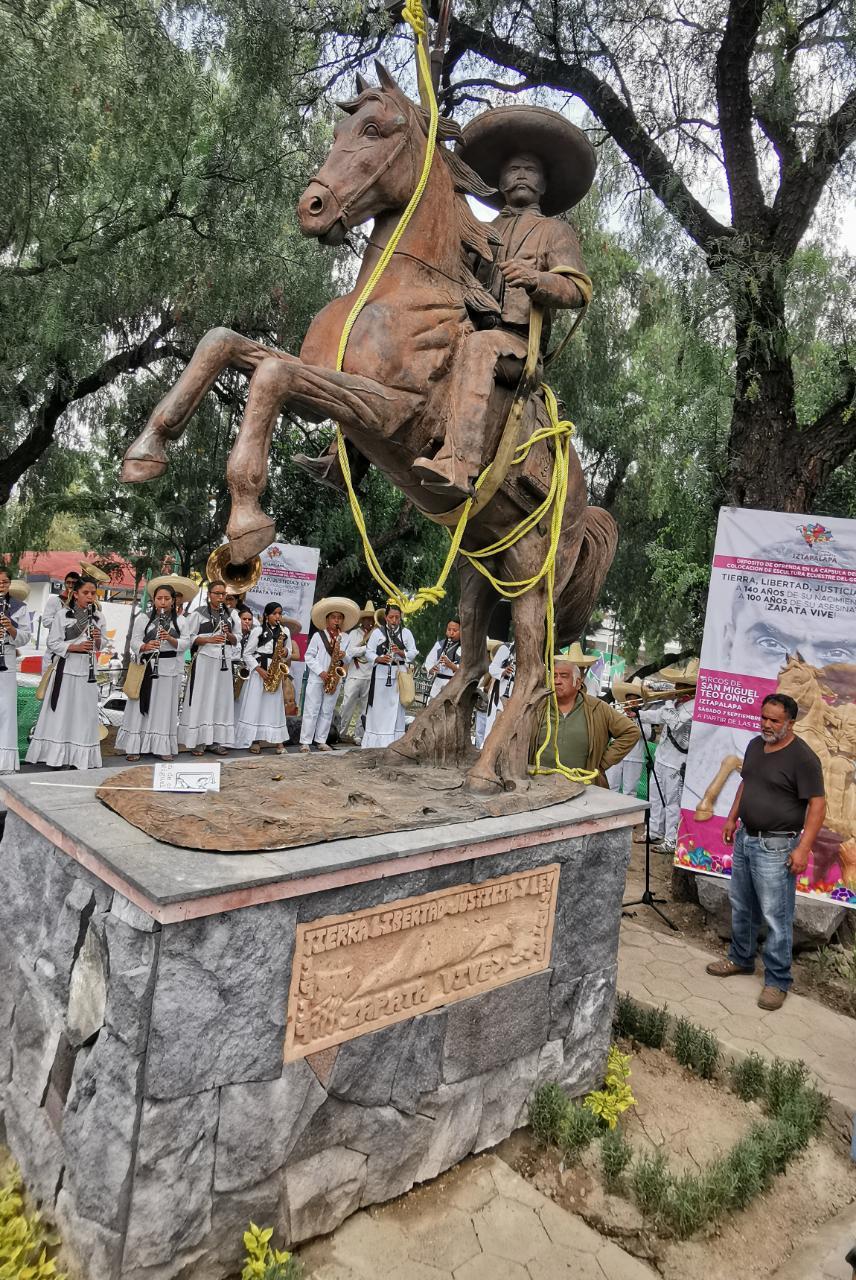 Colocan Clara Brugada y Familiares del General Emiliano Zapata nueva Estatua del Caudillo del Sur en San Miguel Teotongo