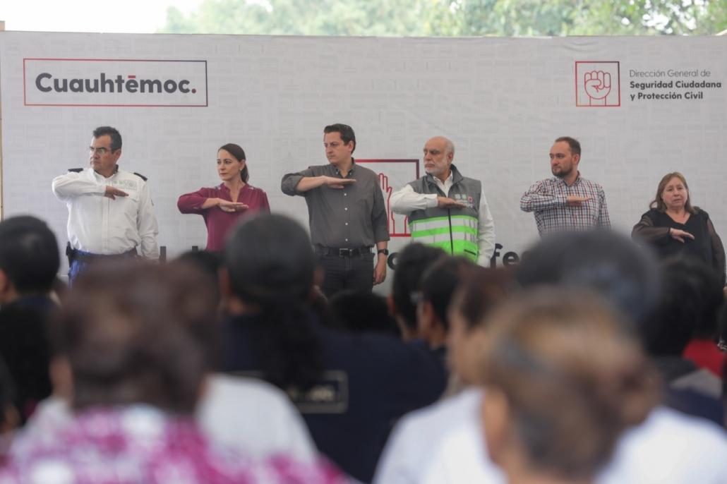 Néstor Núñez entrega nombramientos a integrantes de la Red de Voluntarios Profesionales