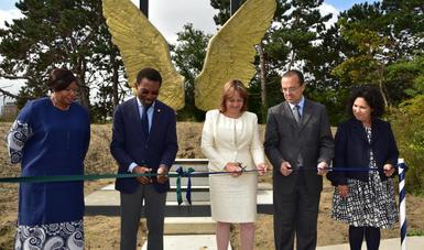 La subsecretaria Martha Delgado devela escultura mexicana en la Corte Penal Internacional