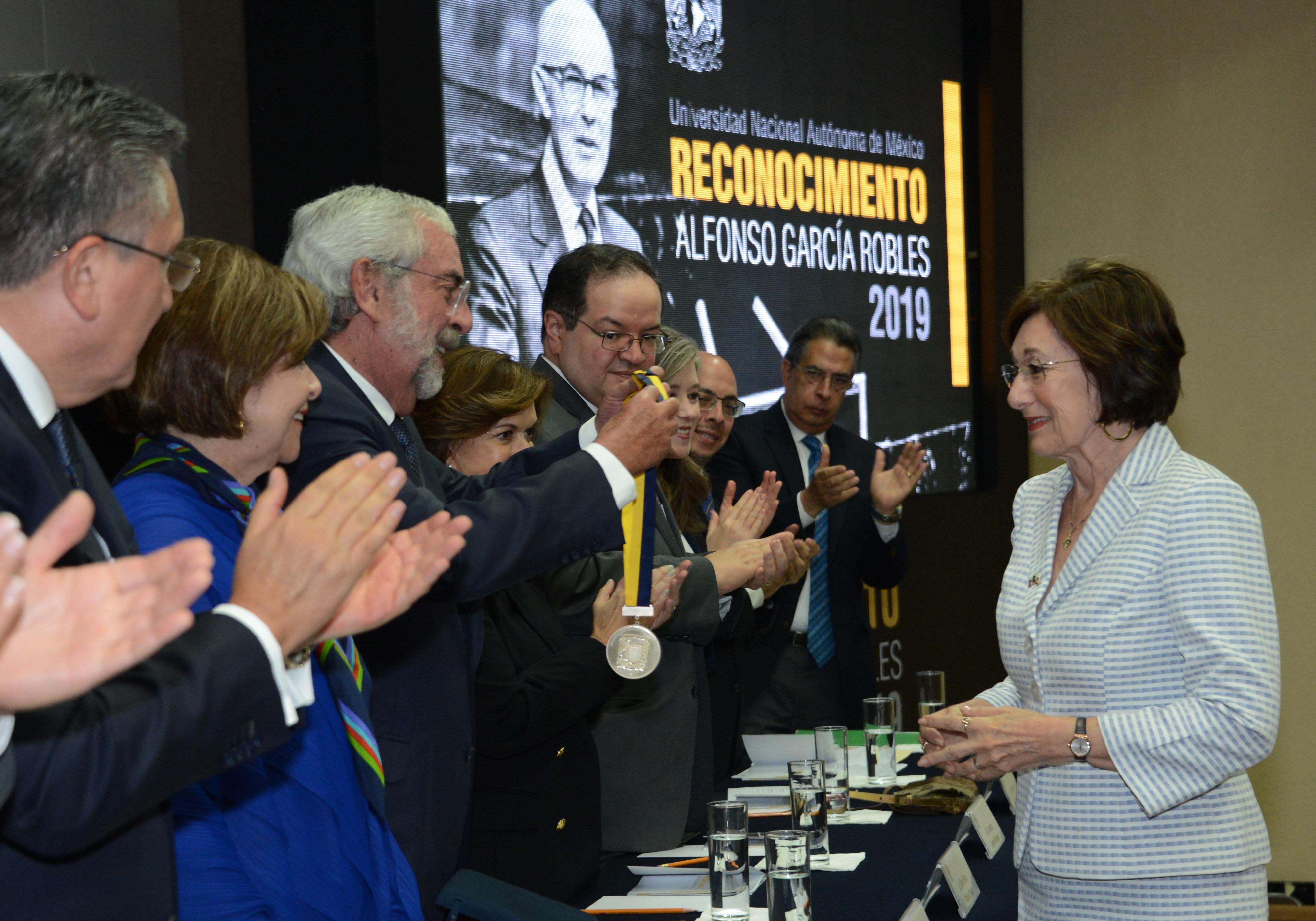 Entrega la UNAM la Medalla Alfonso García Robles a Defensores de los Derechos Humanos