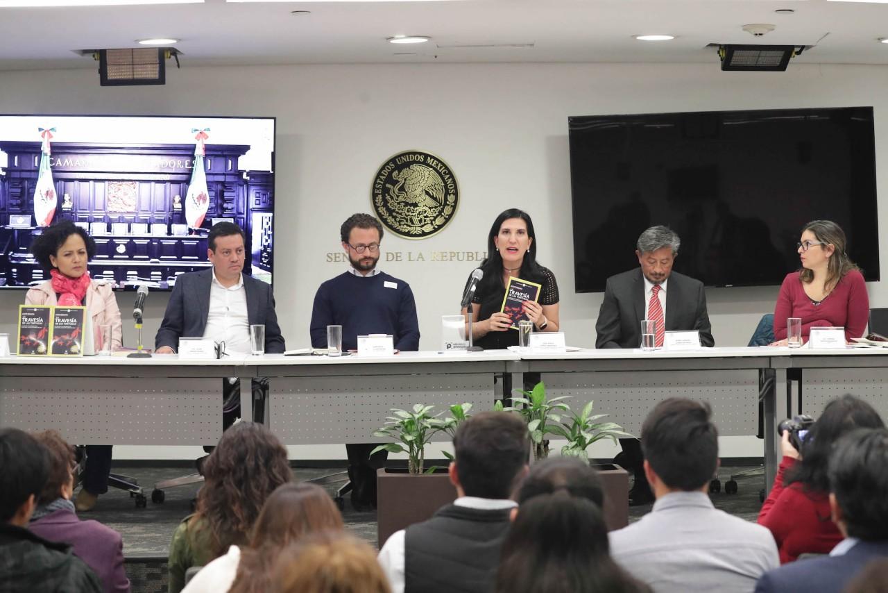 Presentan nueva edición del libro Ayotzinapa la travesía de las tortugas