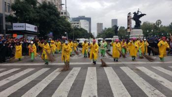 Limpieza de vialidades tras concluir mega desfile de Día de Muertos en la Ciudad de México