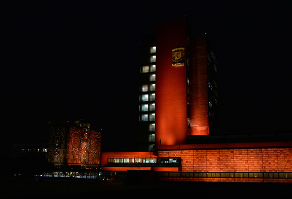 La UNAM se ilumina de naranja