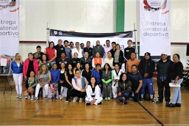 Alcalde Octavio Rivero entrega material deportivo para gimnasios y albercas