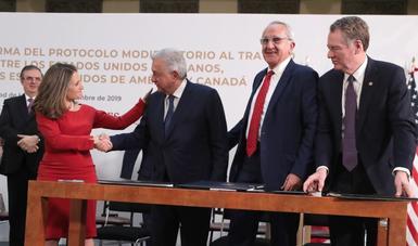 En Palacio Nacional, presidente López Obrador celebra firma de protocolo modificatorio al T-MEC