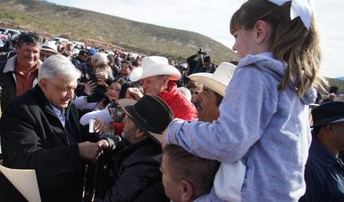 En La Mora, presidente López Obrador se reúne con familias LeBarón, Langford, Ray y Miller