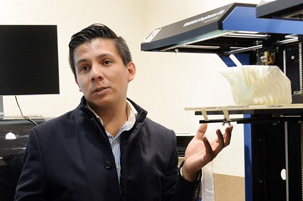 Diseña universitario impresora 3d para replicar huesos con materiales biodegradables