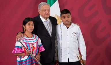 Presidente López Obrador entrega instrumentos musicales a bandas comunitarias de Oaxaca por 16.2 mdp