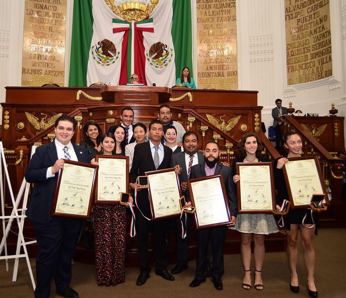 En sesión solemne, el Congreso de la CDMX entregó la Medalla al Mérito Juvenil