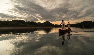 Arqueólogos rescatan y documentan la construcción manual de canoas lacandonas en Metzabok, Chiapas