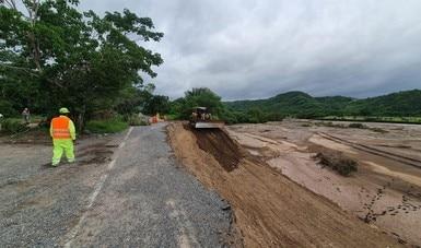 """La SCT mantiene cuadrillas de trabajadores para restablecer la circulación en carreteras afectadas por """"Hernán"""" y la onda tropical no. 30"""