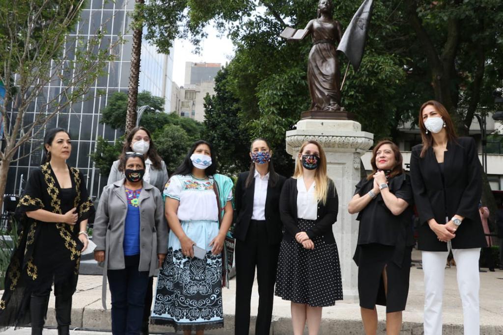 """Devela Jefa de Gobierno estatua dedicada a las """"Mexicanas Anónimas Forjadoras de la República"""" en Paseo de las Heroínas"""