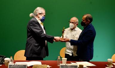 """Reconoce la Universidad de Guadalajara al doctor Miguel Alberto Bartolomé Bistoletti con el galardón """"Francisco Tenamaztle"""" 2020"""