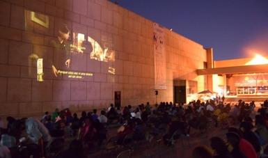 El ciclo Cine en la explanada dio inicio en Cecut, con la responsable participación del público