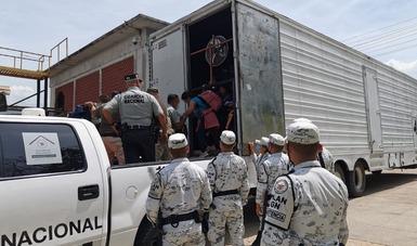 Guardia Nacional e INM auxilian en Chiapas a 93 personas migrantes, 63 de ellas menores, que viajaban hacinadas en un camión